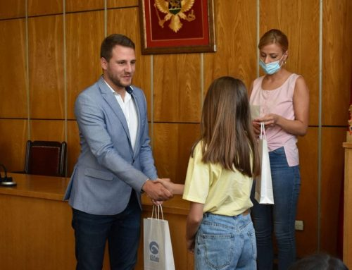 Alfa Centar obezbijedio 36 pametnih uređaja za djecu iz socijalno ugroženih porodica u Nikšiću