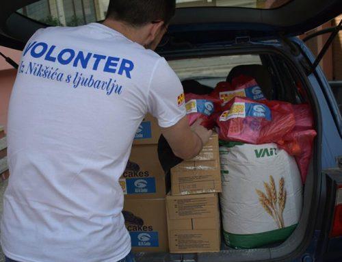 """Članovi volonterskog kluba """"Alfa centar"""" uručili pakete pomoći za pet socijalno ugroženih porodica"""
